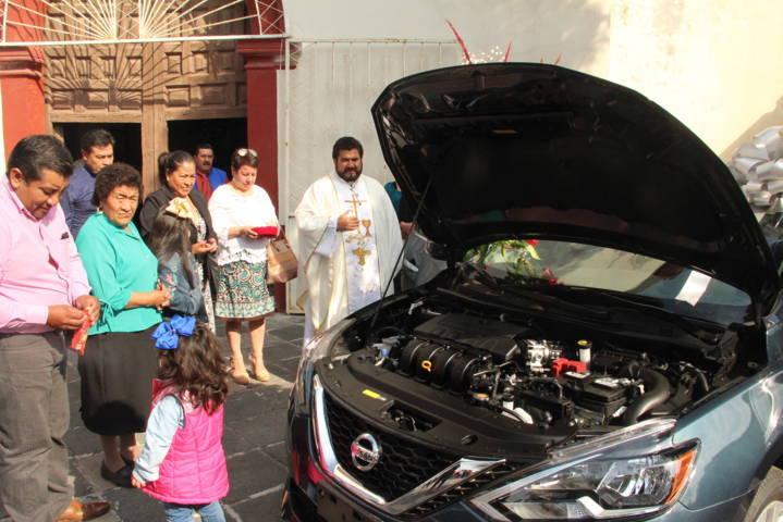 Comité e Iglesia entregan vehículo rifado para restaurar parroquia de Ixtacuixtla