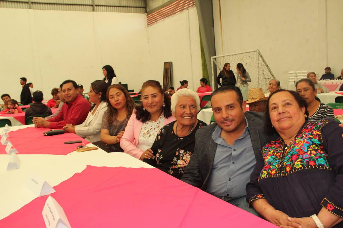 Apapacho Herrera Vara a cientos de abuelitos de Nopalucan