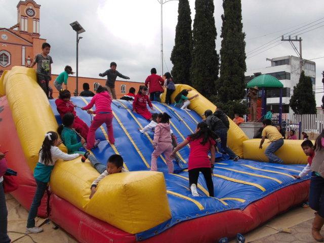 Cientos niños de Xaloztoc son festejados en su día