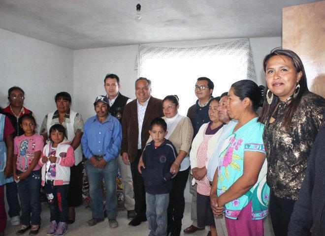 Entrega Alejandro Aguilar López cuartos dormitorios en la comunidad de Hermenegildo Galeana