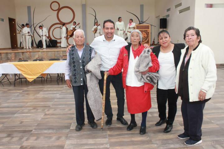 Ayuntamiento y SMDIF festejan a los abuelitos en su día