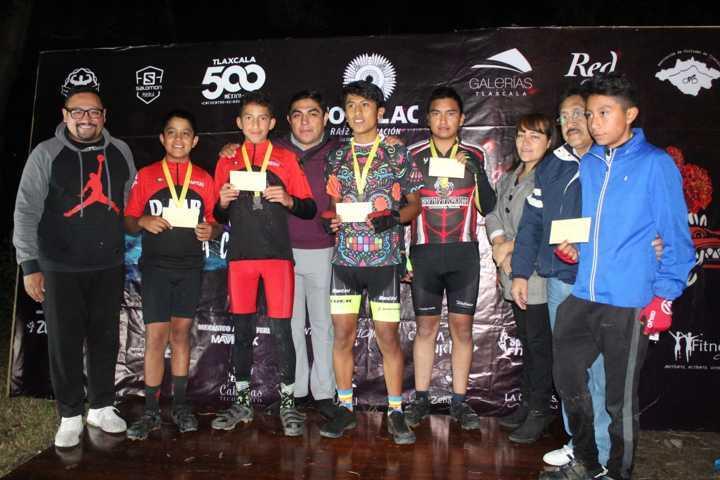 Con carrera de ciclismo nocturno en Quiahuixtlán, culmina Totolac festival del día de muertos