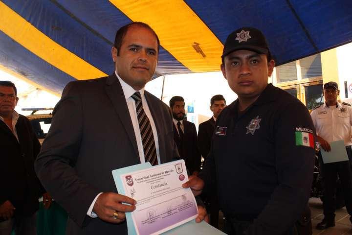Policías de Santa Cruz Tlaxcala recibieron uniformes y cuatro motonetas