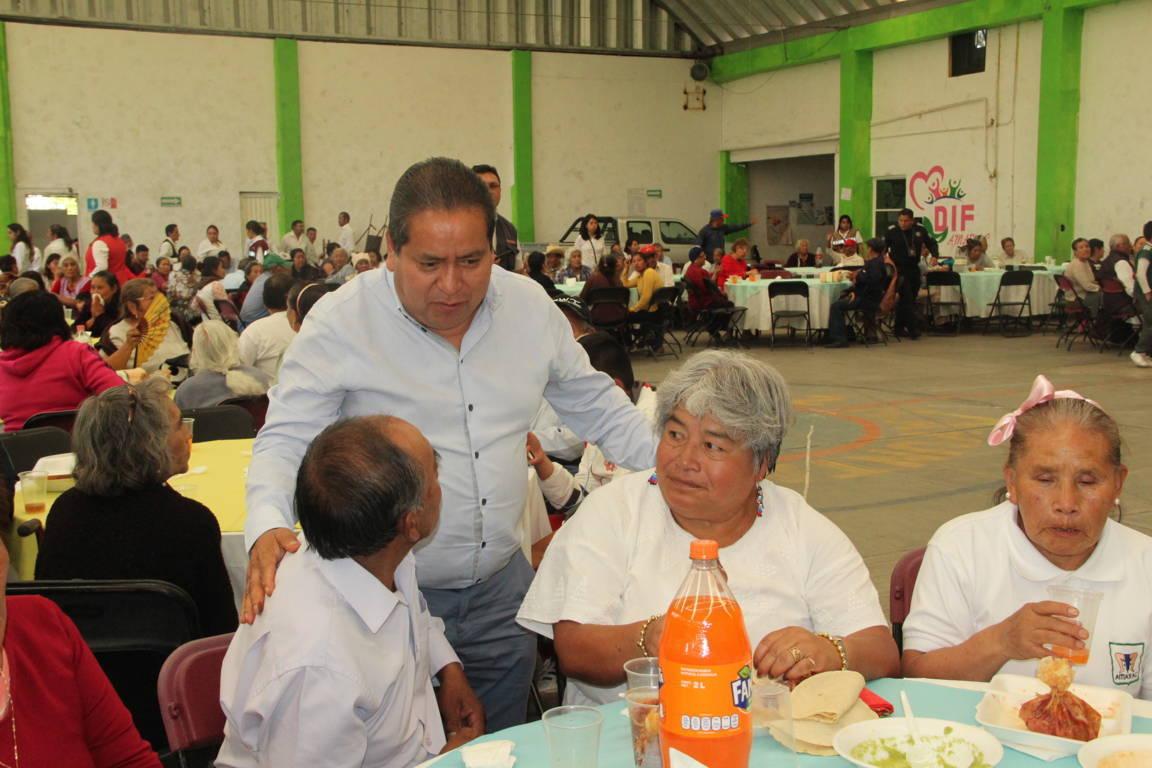 Carin Molina apapacho a los abuelitos de Amaxac en su día