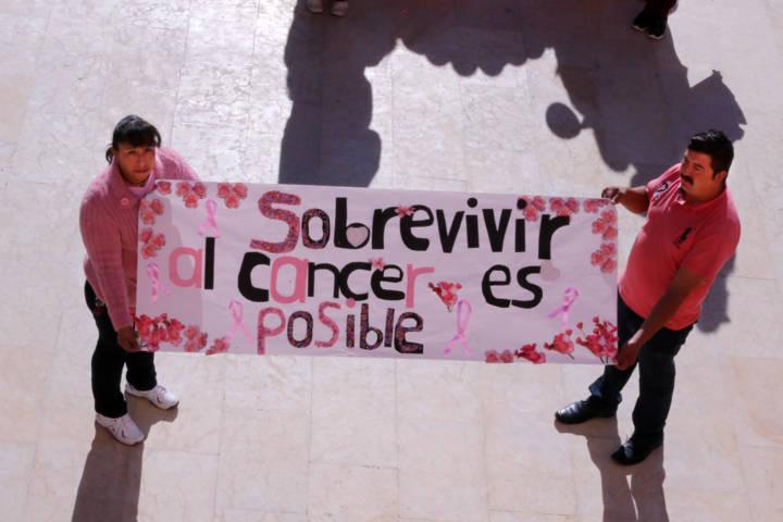 Desfile de lucha contra el cáncer de mama en Texóloc