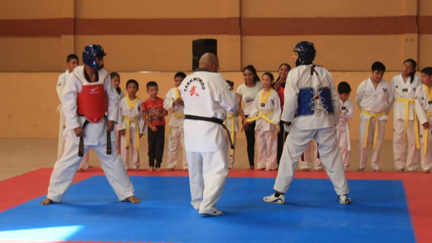 Santa Cruz Tlaxcala recibe equipamiento de protección para Tae Kwon Do