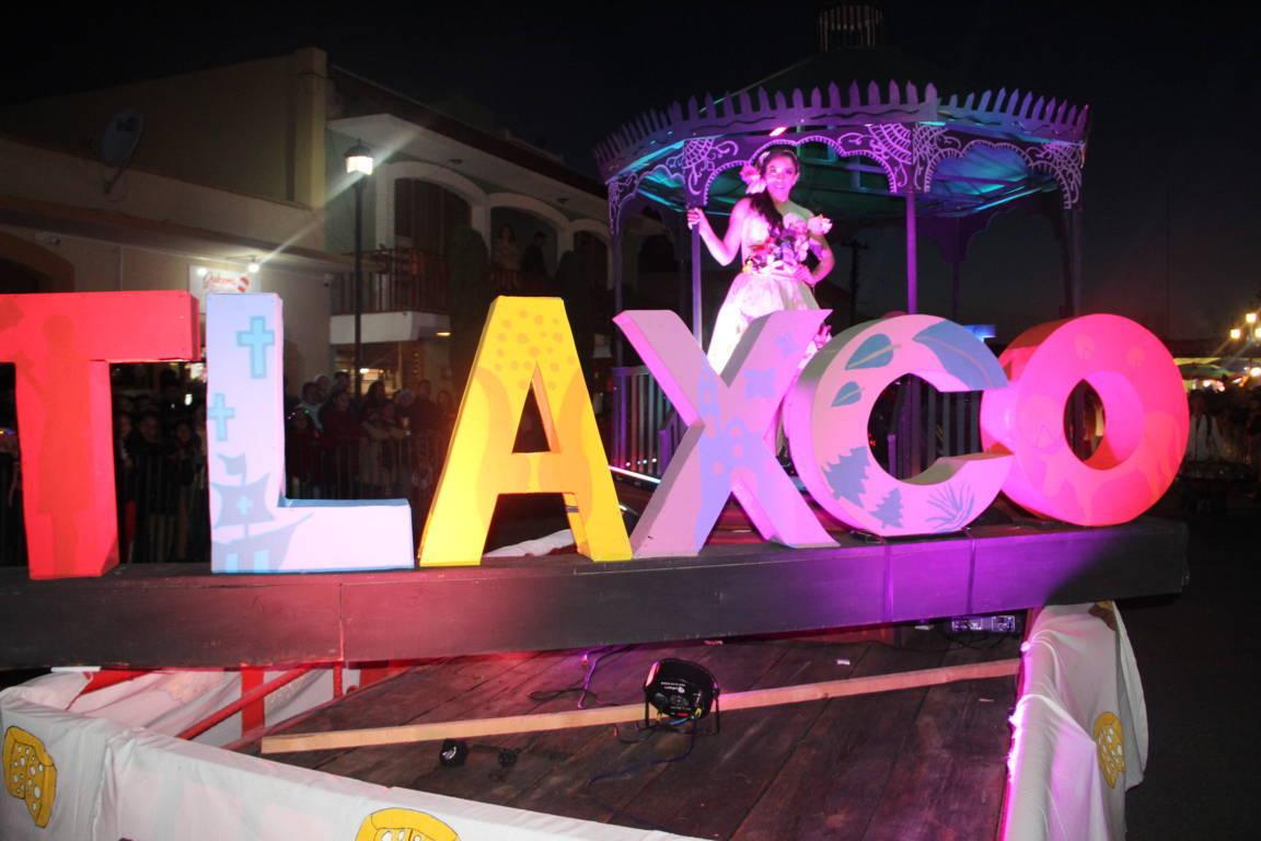 El desfile nocturno en Tlaxco fue visto por más de 3 mil personas