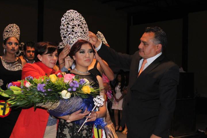 Coronan a Ana Karen Veloz Valencia como Reina de feria Atexcatzinco 2017