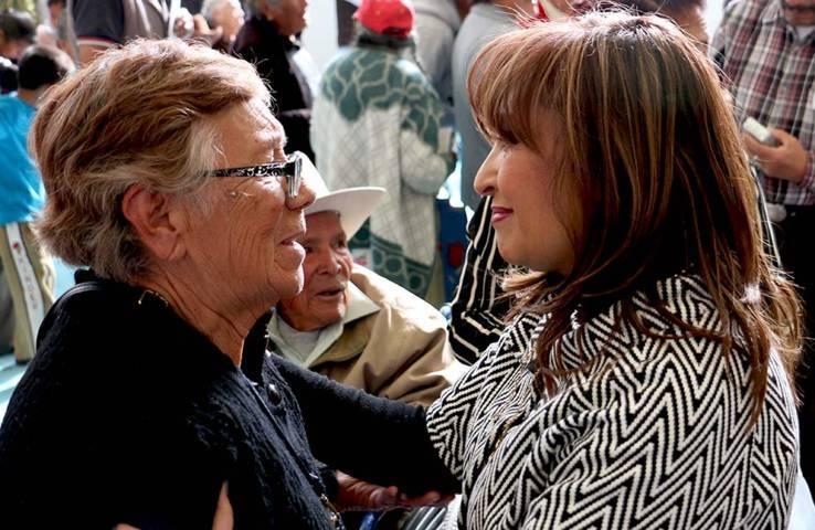 Entrega Lorena Cuéllar recursos de pensión para el bienestar de adultos mayores