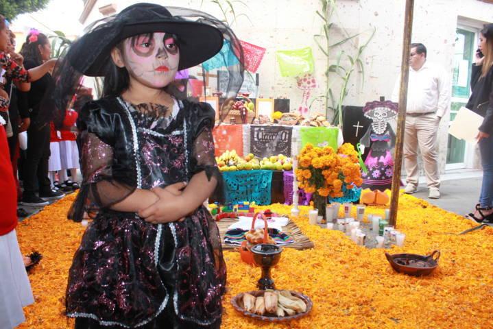 Alcalde fomenta las tradiciones de Día de Muertos con concurso de ofrendas