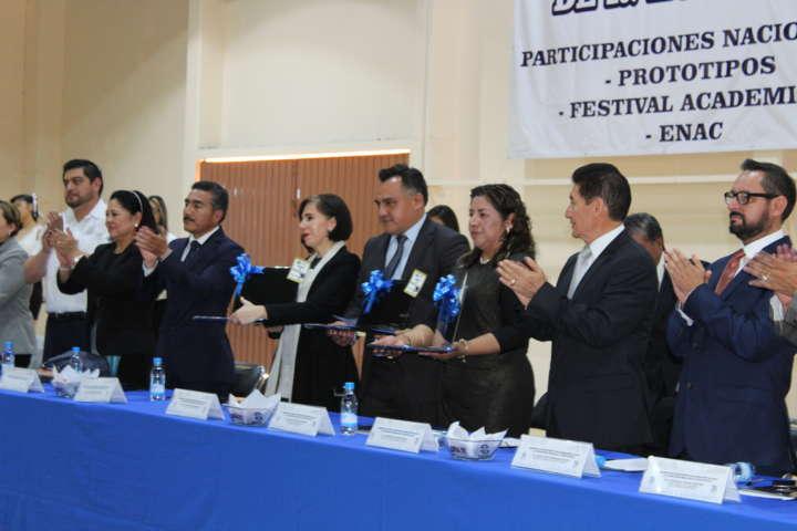 Presidente Municipal de Tetla entregó equipos de cómputo al Cbtis 212