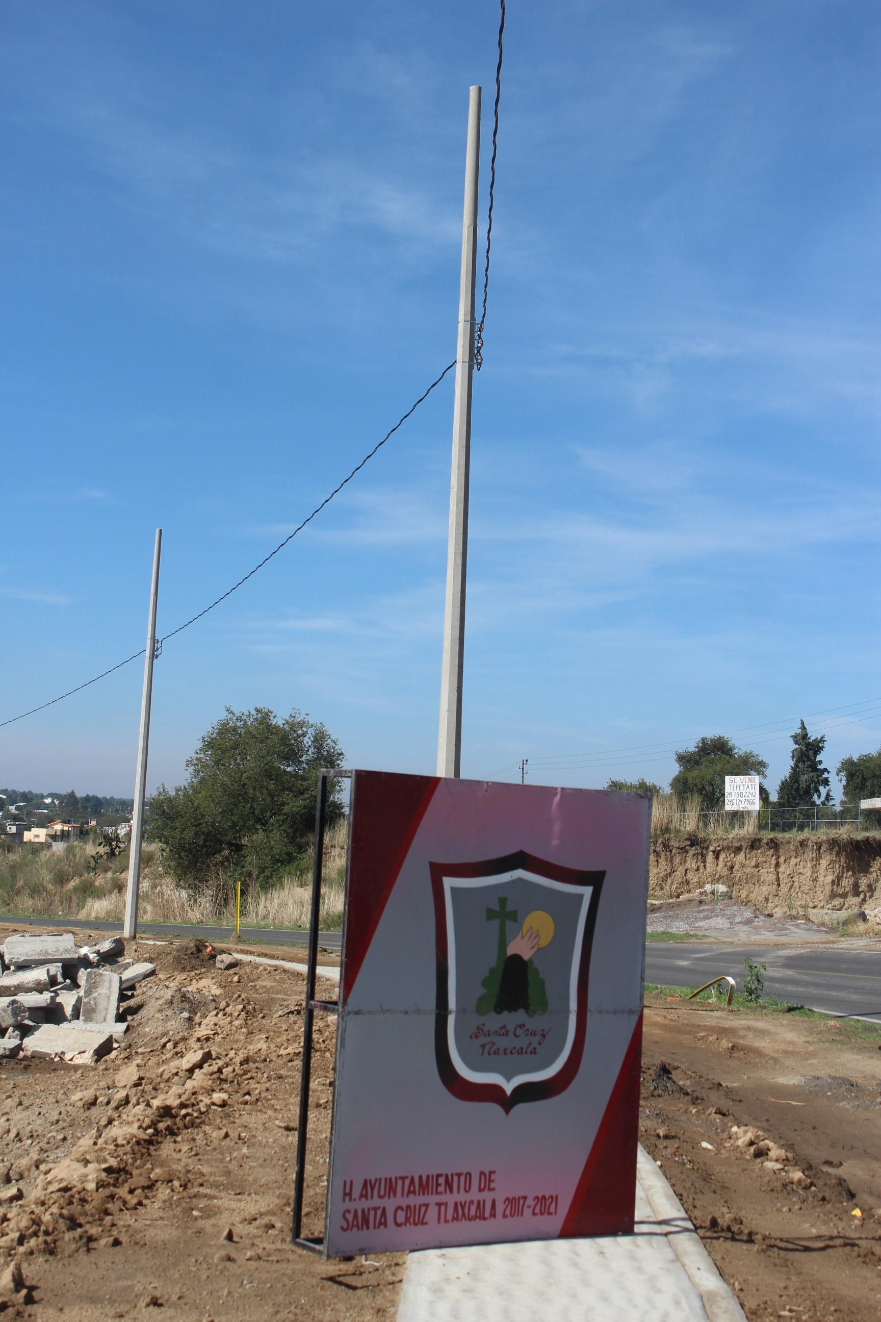 Colocan nueve postes en la Avenida del Trabajo en Santa Cruz Tlaxcala