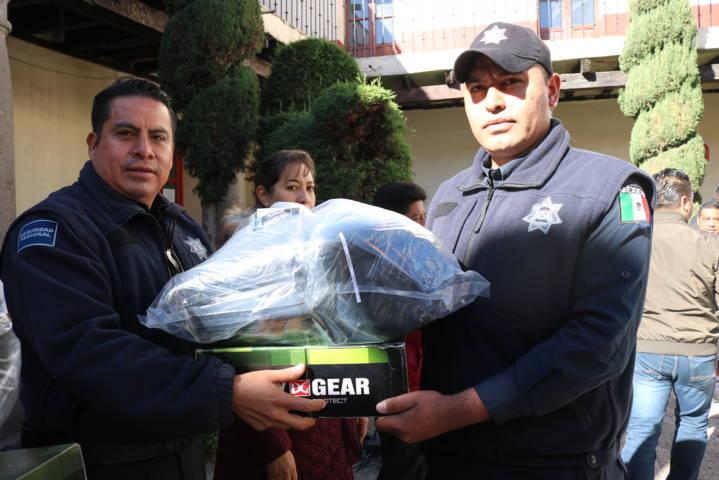 Héctor Domínguez Rugerio entrega 101 uniformes a policías municipales