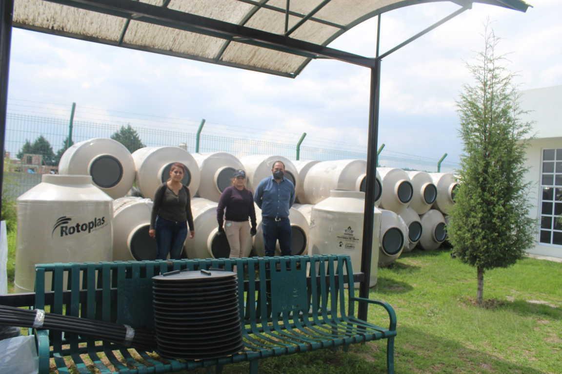 Sanabria Chávez entrega 43 tinacos a familias de Santa Cruz Tlaxcala