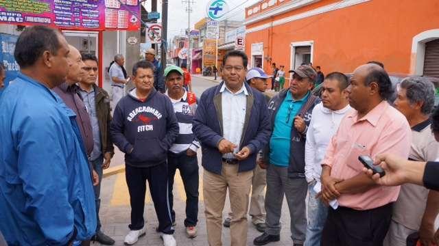 Presidente Municipal entrega camioneta a servicios públicos en SPM