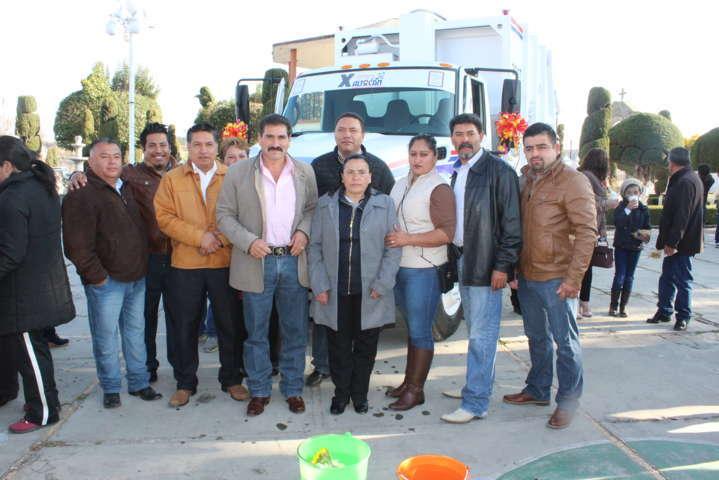 Alcalde entrega camión recolector de basura
