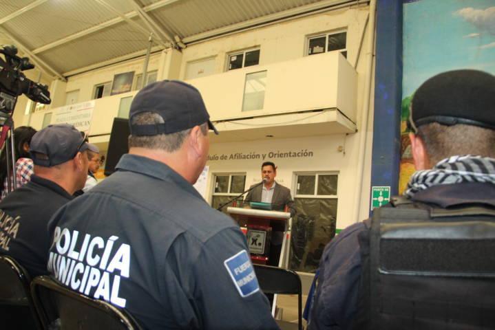 Alcalde mejora la imagen de los policías con la entrega de uniformes tácticos