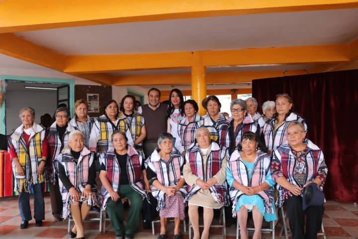 Se graduan adultos mayores del programa de arte y cultura del SMDIF