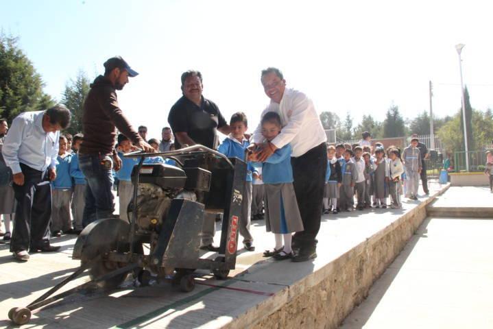 Alcalde continúa realizando obras en beneficio de la población estudiantil