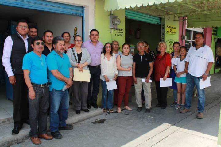 Entrega presidente de Tetla, licencias de funcionamiento en apoyo a comerciantes