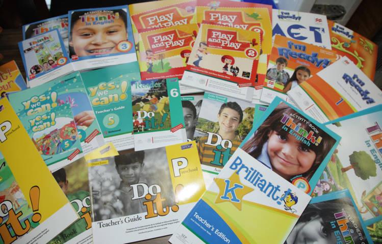 100 mil alumnos de nivel básico reciben libros de inglés
