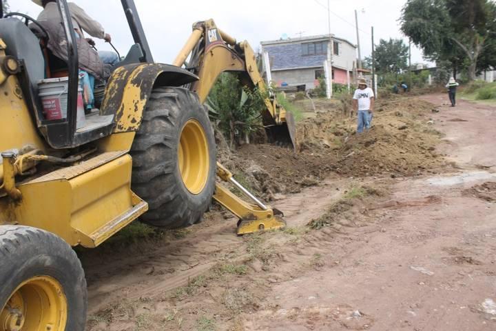 Villarreal Chairez mejora la vialidad de la calle  Madero de Tlacuilohcan