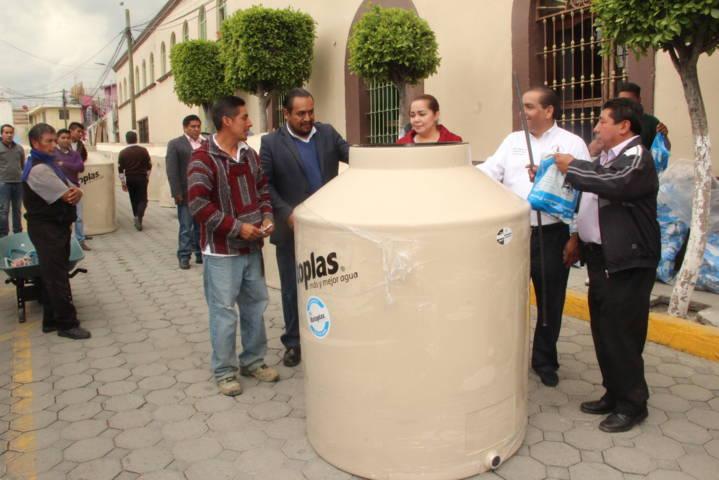 Alcalde de Tetlanohcan entrega tinacos a grupos vulnerables