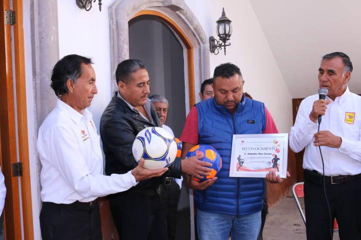 Ayuntamiento de Texóloc entrega reconocimiento al deporte a técnico de soccer