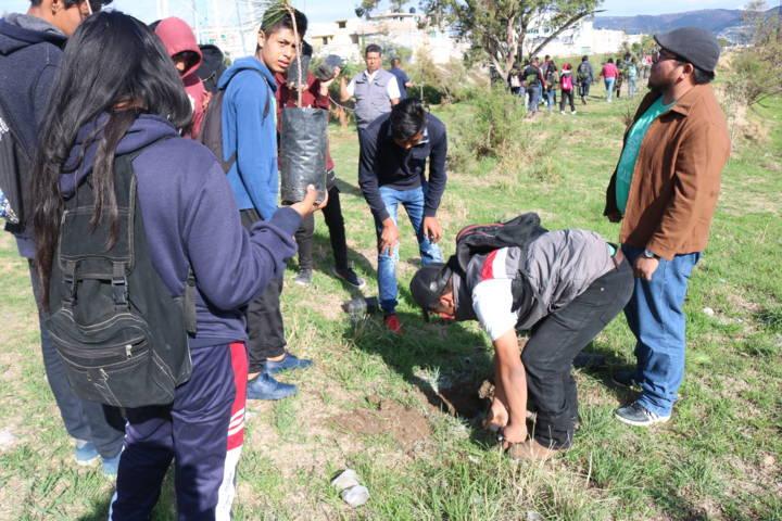Chiautempan limpia y reforesta la Barranca Briones