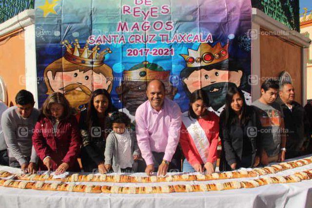 Alcalde comparte la tradición de la Rosca de Reyes con cientos de ciudadanos