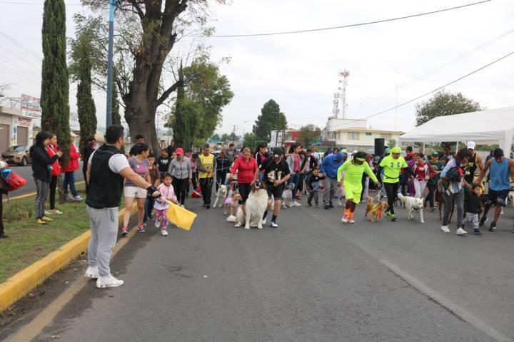 Festejan Día del Padre con caminata canina en Chiautempan