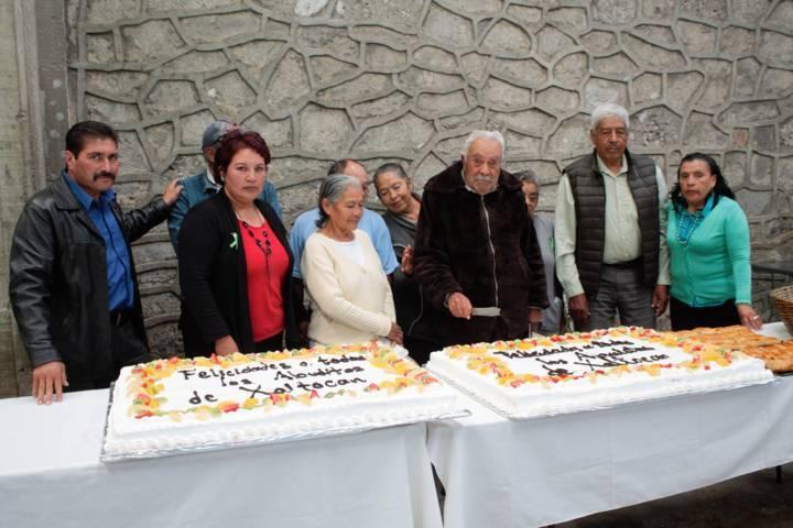 Sánchez Amador les canta las mañanitas a los abuelitos del municipio