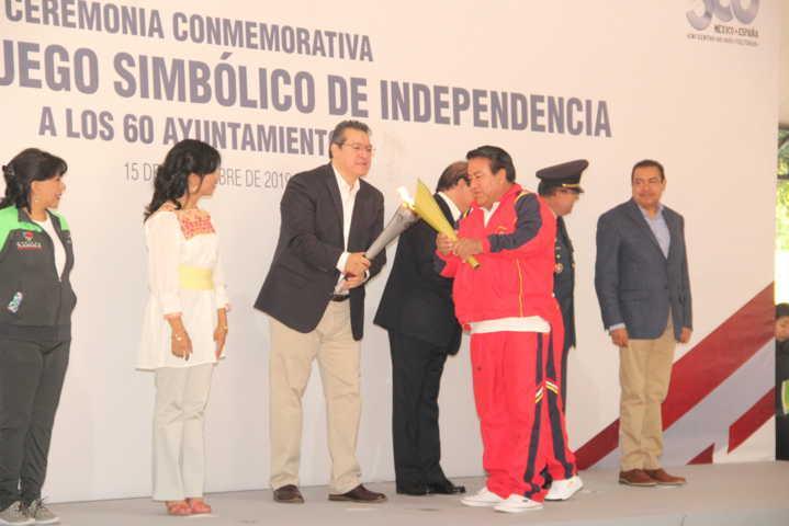 Pluma Morales recibe el Fuego Simbólico de manos del gobernador Marco Mena