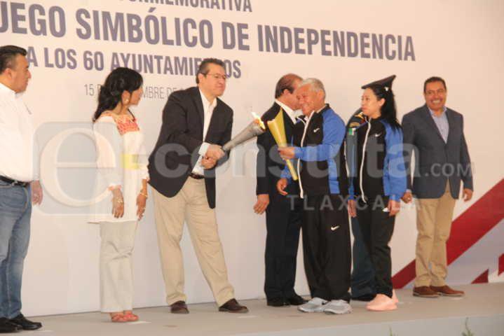 Alcalde recibió el Fuego Simbólico de manos del gobernador Marco Mena
