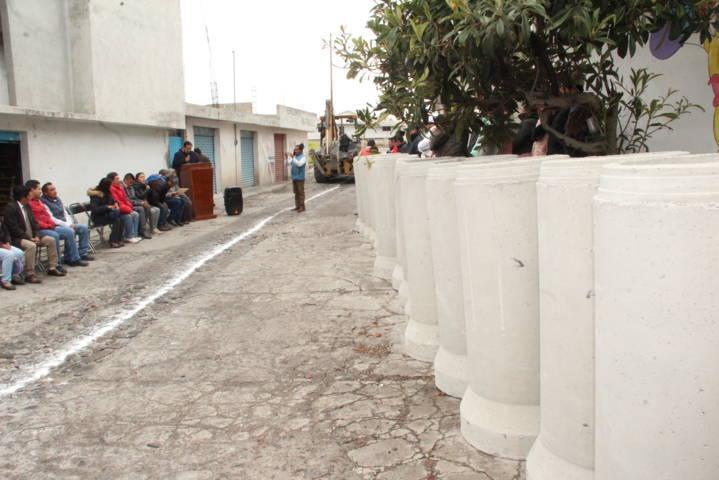 Alcalde acerca servicio básico a la privada Juárez de Xolalpan