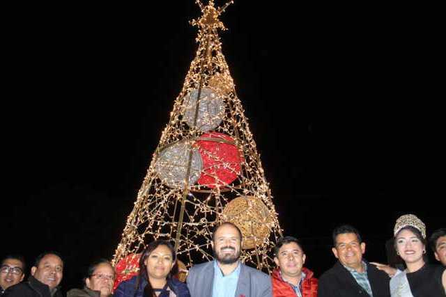 Realizó Santa Cruz Tlaxcala desfile nocturno y encendido del árbol navideño