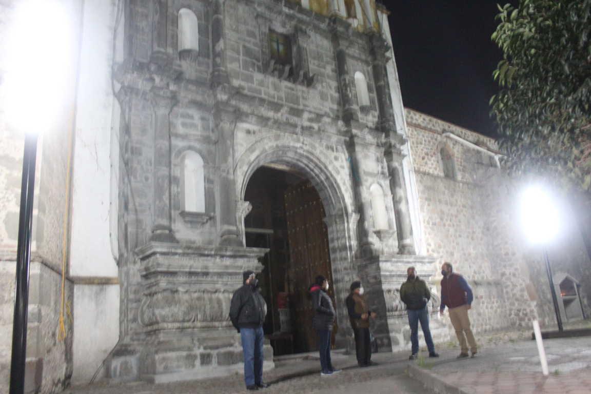 Se ilumina atrio del templo de la Santa Cruz