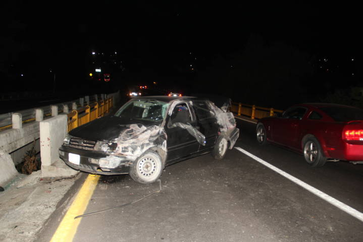 Se accidentan y dejan abandonada la unidad sobre la autopista