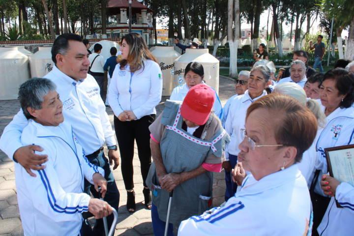 Entrega edil de Tetla Tinacos y aparatos ortopédicos a beneficiarios del SMDIF