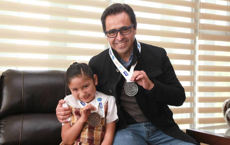 Felicita Secretario De Educación a alumna que destacó en Concurso Nacional De Dibujo