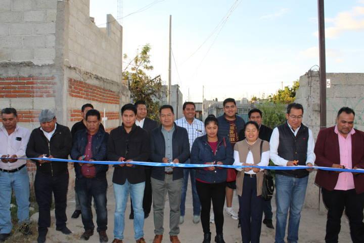 Alcalde entrega obras de servicio básico en 5 comunidades del municipio