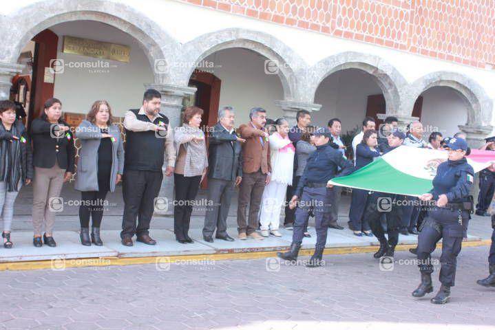 Zambrano Cervantes encabezó festejo del Día de la Bandera