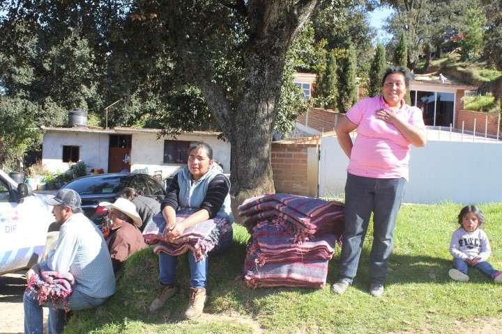 Ayuntamiento de Calpulalpan otorga cobertores a sectores vulnerables