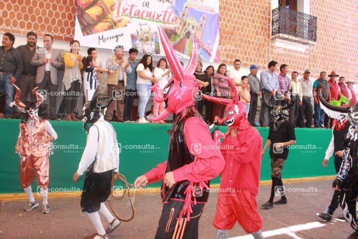 El carnaval de Ixtacuixtla arranco con un colorido desfile