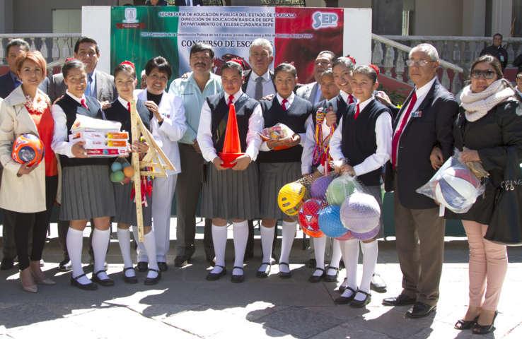 Organizan en Tlaxcala concurso de escoltas entre estudiantes de secundarias