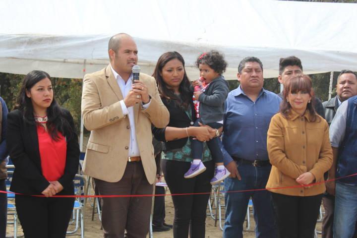 Alcalde entrega panteón con tanque elevado y sanitarios a pobladores de Tlacochcalco