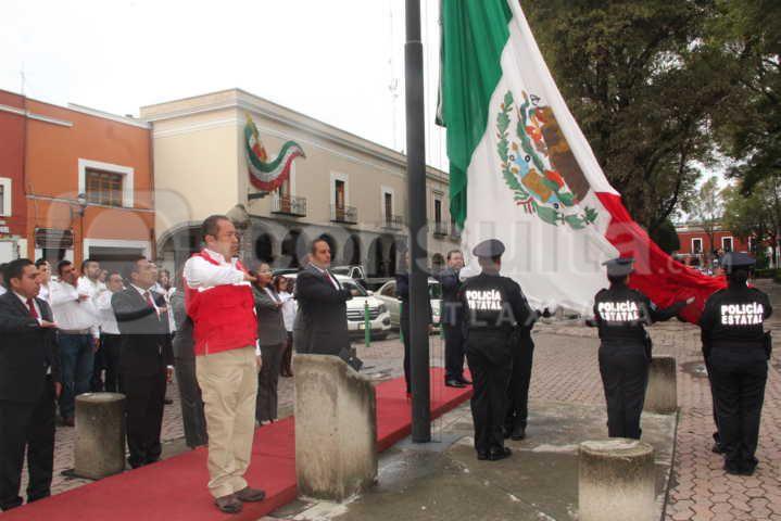 Alcalde encabezó Izamiento de Bandera en la capital del estado