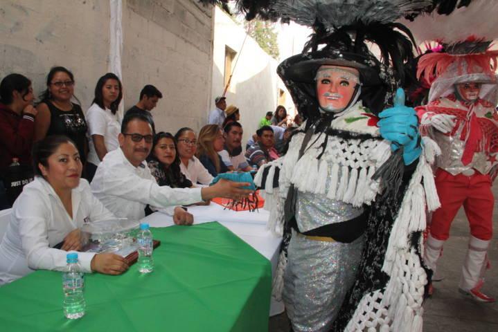 Alcalde corono a Monserrat I como reina de la camada San Juan Contla