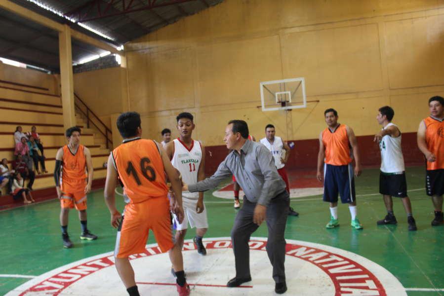 Alcalde motiva a jóvenes y niños con torneo de basquetbol