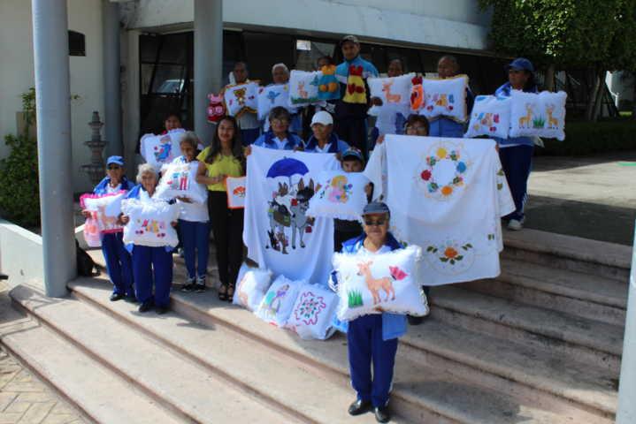 Abuelitos de Lardizábal concluyeron satisfactoriamente curso de manualidades